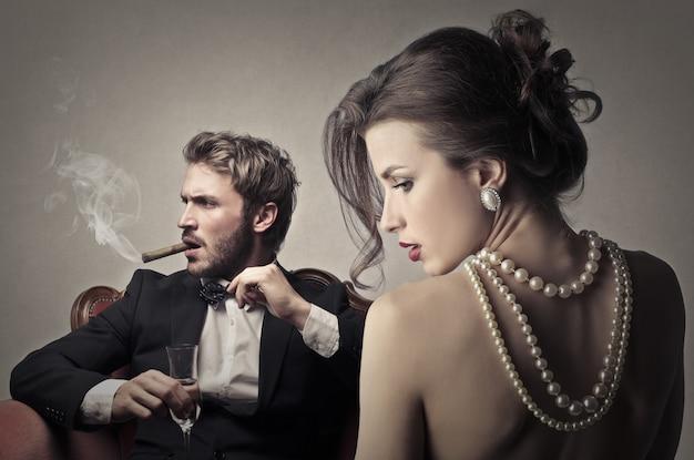 Uomo elegante con una donna attraente