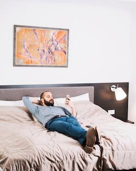 Uomo elegante, lounging con il telefono