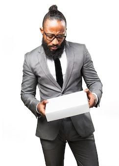 Uomo elegante rivedere una scatola