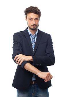 Uomo elegante stratificazione sua giacca