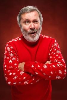 Uomo espressivo in maglione rosso di natale