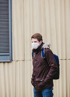 Uomo europeo in una maschera protettiva