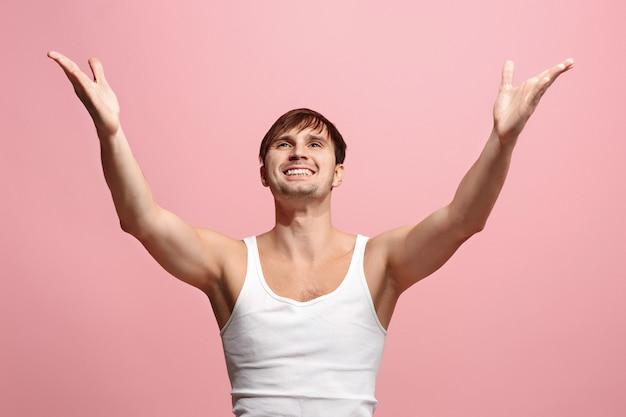 Uomo felice che celebra essere un vincitore
