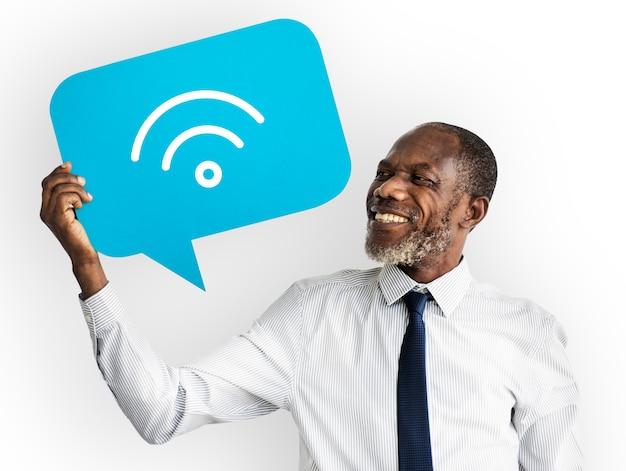 Uomo felice che tiene simbolo di tecnologia wireless