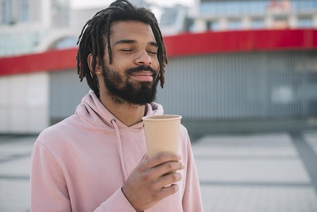 Uomo felice che tiene tazza di caffè
