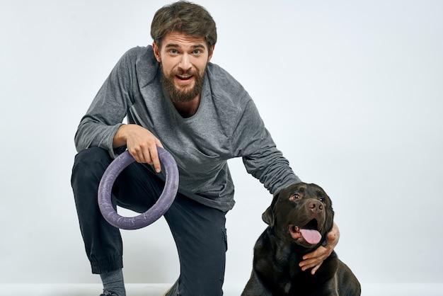Uomo felice con il suo cane in posa a casa