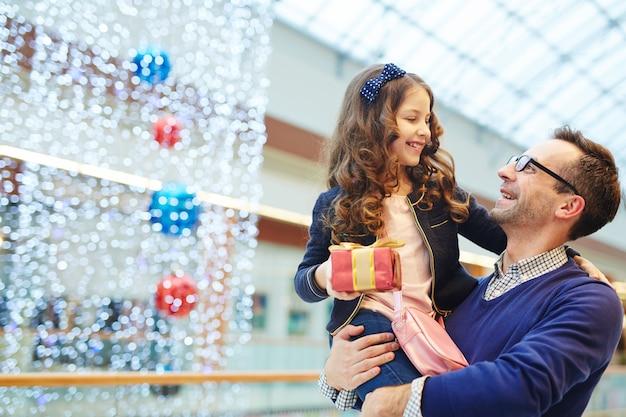 Uomo felice con la figlia