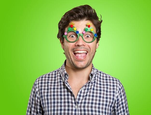 Uomo felice con occhiali divertenti