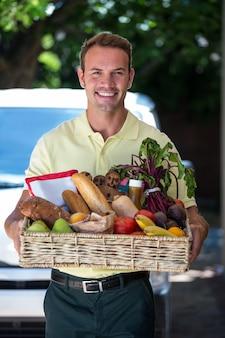 Uomo felice consegna di generi alimentari