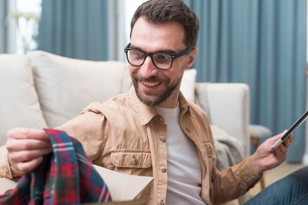 Uomo felice dell'acquisto online che ha effettuato