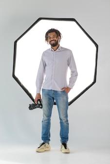 Uomo felice della foto a figura intera con la macchina fotografica