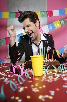 Uomo felice di gesto in festa