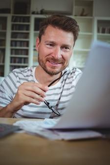Uomo felice guardando le sue bollette