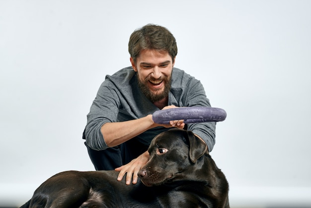 Uomo felice sul divano con il suo cane