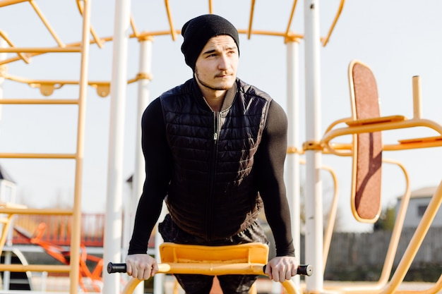 Uomo fitness allenamento all'aperto vita attiva sana