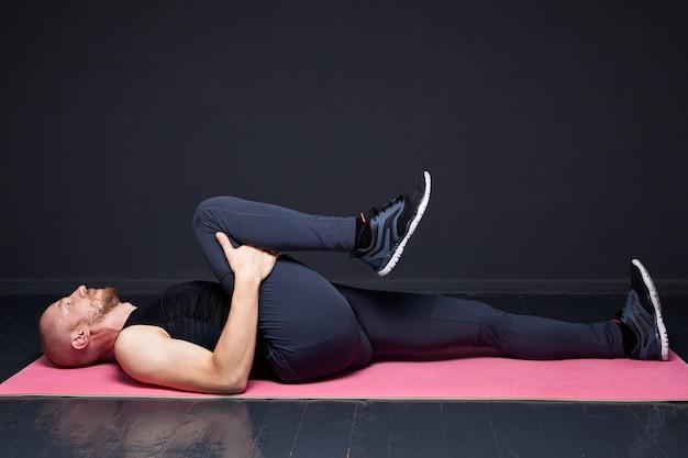 Uomo fitness facendo esercizi di stretching