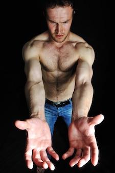 Uomo forte con un corpo sano