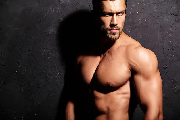 Uomo forte senza maglietta