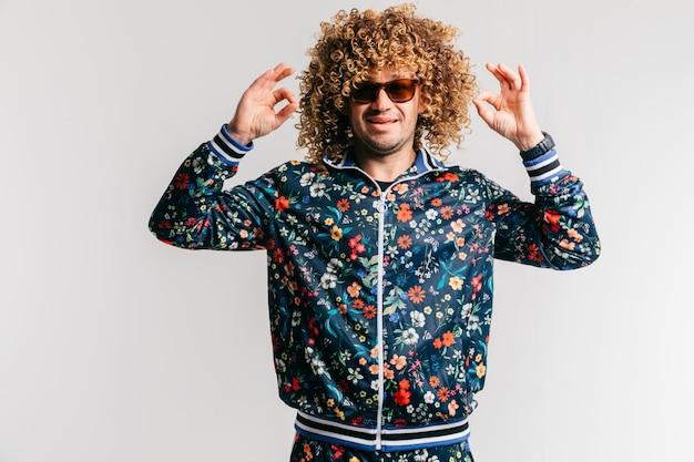 Uomo funky sorridente positivo adulto con stile di capelli ricci afro in suglasses