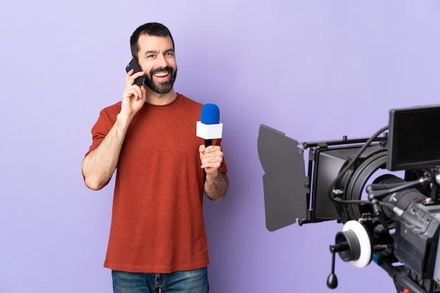 Uomo giornalista su sfondo viola isolato