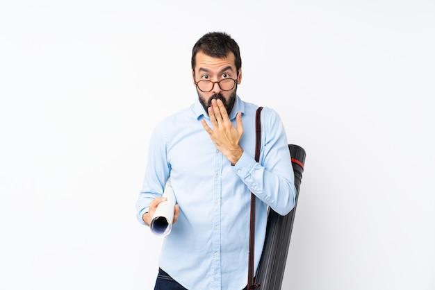 Uomo giovane architetto con la barba con gli occhiali e sorpreso