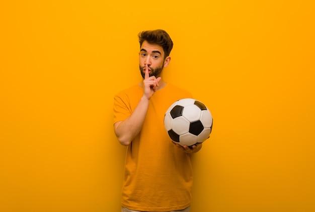 Uomo giovane calciatore che mantiene un segreto o chiede il silenzio