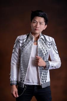 Uomo giovane cantante bello in abiti casual