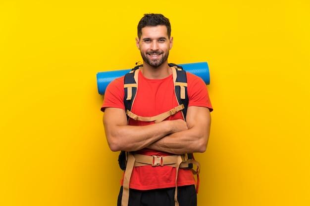 Uomo giovane escursionista ridendo