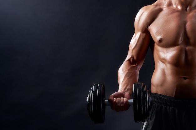 Uomo giovane fitness in studio