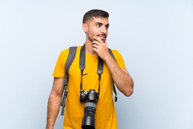 Uomo giovane fotografo che pensa un'idea