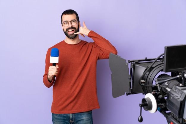 Uomo giovane giornalista su sfondo isolato