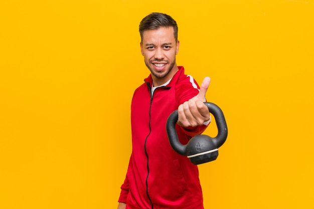 Uomo giovane sport sud-asiatico in possesso di un manubrio