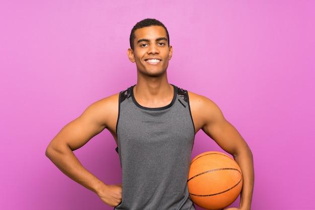 Uomo giovane sportivo con palla di basket