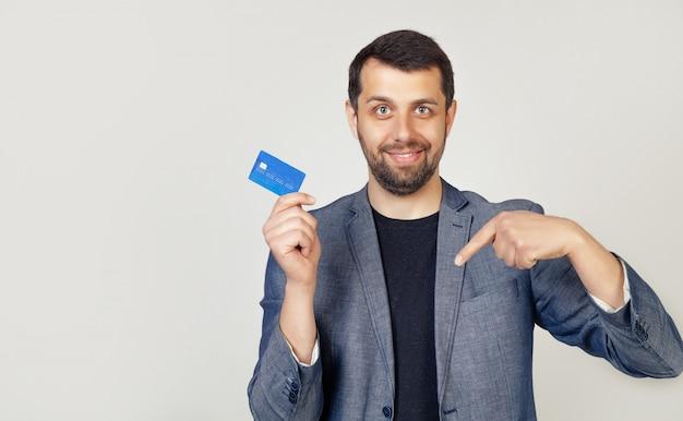 Uomo giovane uomo d'affari con il cliente di banca di barba in possesso di una carta di credito