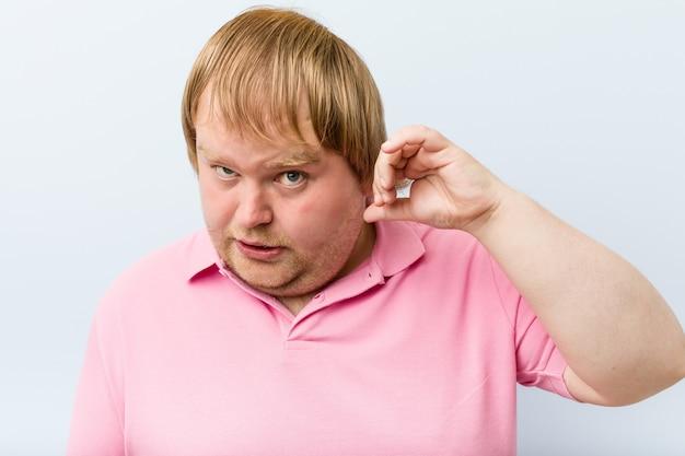 Uomo grasso biondo pazzo caucasico