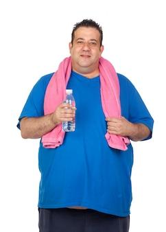 Uomo grasso che gioca sport con una bottiglia di acqua isolata su una priorità bassa bianca