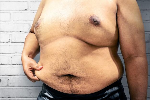 Uomo grasso con la sua grande pancia