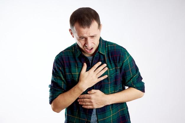 Uomo grave dolore al petto, cattiva salute, malattia