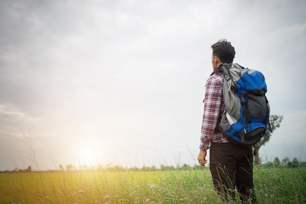 Uomo hipster con uno zaino sulle spalle, il tempo di andare travelin