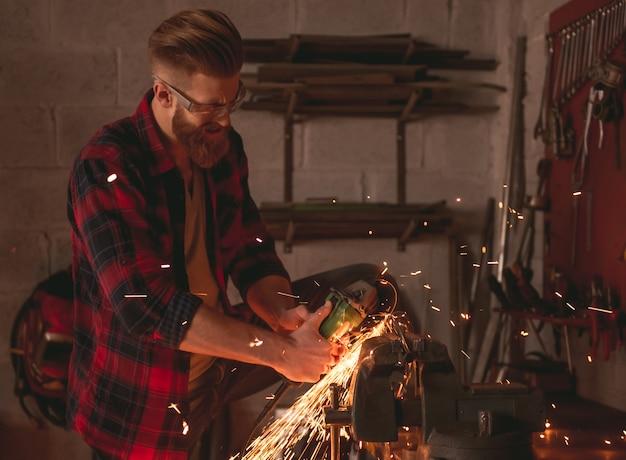 Uomo in abiti casual e occhiali protettivi