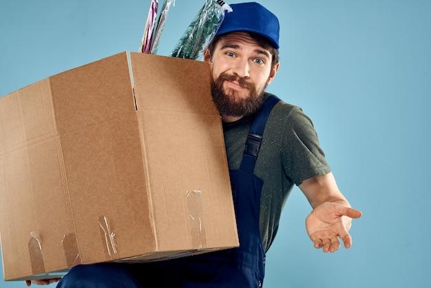 Uomo in abiti da lavoro, consegna di pacchi, cose, prodotti