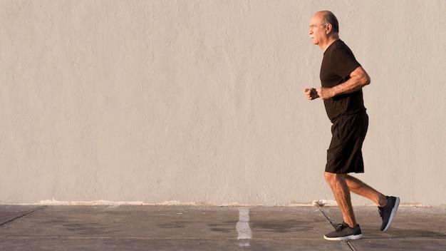 Uomo in abiti sportivi in esecuzione spazio di copia