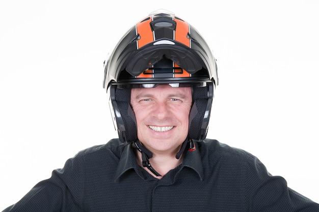 Uomo in abito da moto e casco da portare