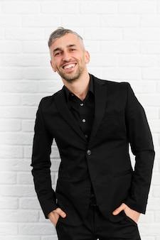 Uomo in abito nero sorridente
