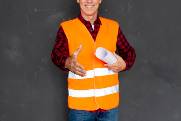Uomo in attrezzatura di sicurezza che dà una stretta di mano