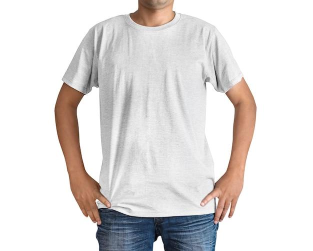 Uomo in blue jeans e maglietta bianca su fondo bianco