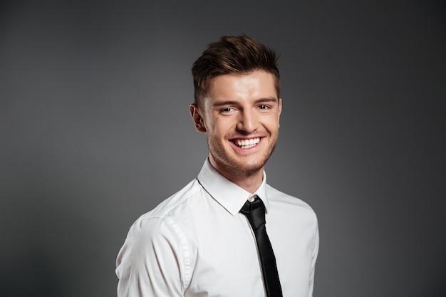 Uomo in camicia e cravatta in piedi