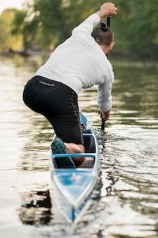 Uomo in canoa canottaggio