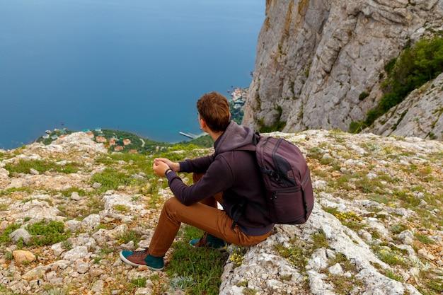 Uomo in cima alla montagna. design concettuale.