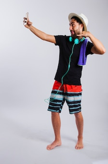 Uomo in estate indossare selfie sciocchezze intorno